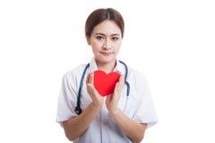 Jeune prise femelle asiatique de docteur un coeur rouge Photographie stock libre de droits