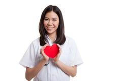 Jeune prise femelle asiatique de docteur un coeur rouge Images libres de droits