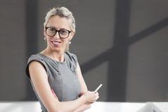 Jeune professeur de sourire se tenant dans le tableau noir avant d'af Images stock