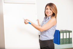 Jeune professeur mignon donnant une classe Images stock
