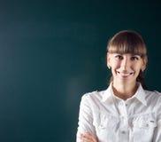 Jeune professeur ou étudiant tenant le tableau noir proche Photos libres de droits