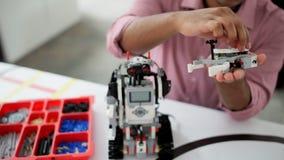 Jeune professionnel concevant le nouveau dispositif robotique banque de vidéos