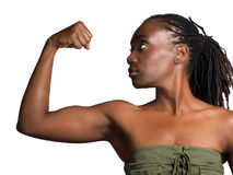 Jeune profil de femme de couleur affichant le biceps Photos libres de droits
