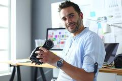 Jeune programmeur masculin de logiciel examinant un nouvel APP avec des verres de la réalité virtuelle 3d dans le bureau Images stock