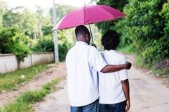 Jeune promenade de couples dans le buisson images libres de droits
