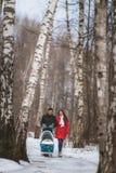 Jeune promenade de famille en bois d'hiver Traction de parent Images libres de droits
