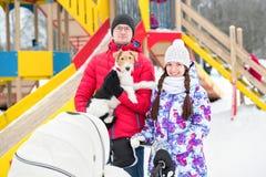 Jeune promenade heureuse de famille en bois Images libres de droits