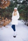Jeune promenade modèle de fille dans la forêt d'hiver Photos libres de droits