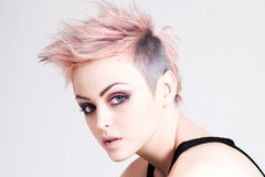 Jeune punk femelle avec le cheveu rose Photo libre de droits