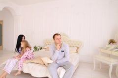 Jeune querelle de famille, mari d'épouse et fille s'asseyant sur le wh Photographie stock libre de droits