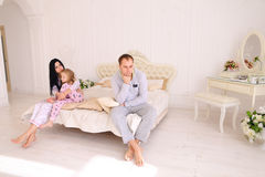 Jeune querelle de famille, mari d'épouse et fille s'asseyant sur le wh Image stock
