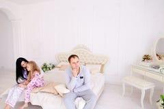 Jeune querelle de famille, mari d'épouse et fille s'asseyant sur le wh Images libres de droits