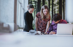 Jeune équipe d'affaires travaillant ensemble sur une idée créative Photographie stock libre de droits