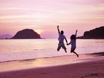 Jeune réjouissance asiatique de couples au lever de soleil Images stock