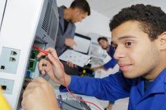 Jeune réparateur travaillant au centre de traitement à façon Photo libre de droits