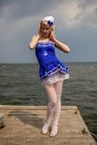 Jeune rétro fille de pin-up avec la coiffure bouclée blonde et beau Images stock