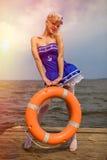 Jeune rétro fille de pin-up avec la coiffure bouclée blonde et beau Images libres de droits