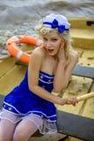 Jeune rétro fille de pin-up avec la coiffure bouclée blonde sexy et beau photos libres de droits