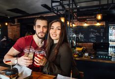 Jeune réunion affectueuse positive de couples dans un café Images stock