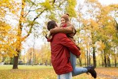Jeune réunion heureuse de couples en parc d'automne Image libre de droits