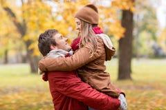 Jeune réunion heureuse de couples en parc d'automne Photo stock