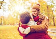 Jeune réunion heureuse de couples en parc d'automne Image stock