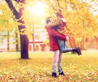 Jeune réunion heureuse de couples en parc d'automne Images stock