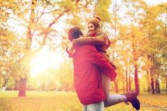 Jeune réunion heureuse de couples en parc d'automne Photos stock