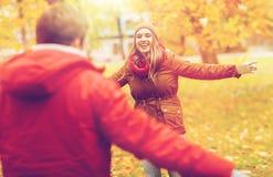 Jeune réunion heureuse de couples en parc d'automne Photos libres de droits