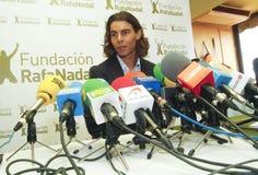 Jeune Rafas Nadal faisant des gestes à la salle de presse photo stock
