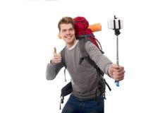 Jeune randonneur atractive de voyageur prenant la photo de selfie avec le sac à dos de transport de bâton prêt pour l'aventure image stock