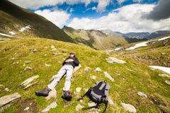 Jeune randonneur caucasien Photographie stock libre de droits