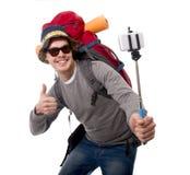 Jeune randonneur de voyageur prenant la photo de selfie avec le sac à dos de transport de bâton prêt pour l'aventure images stock