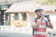 Jeune randonneur prenant des photos utilisant l'appareil-photo de vintage images stock