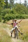 Jeune recyclage de couples Photographie stock