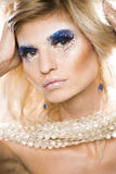 Jeune reine de neige de beauté dans les flashes féeriques avec la couronne de cheveux sur sa fin de tête dans la lumière bleue fr Photographie stock