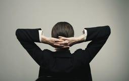 Jeune relaxation d'isolement de femme d'affaires photo libre de droits