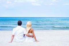 Jeune relaxin de couples sur une plage d'été Images stock