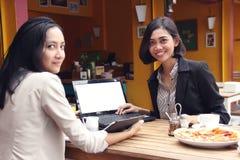 Jeune repaire de femmes d'affaires dans le restaurant Images libres de droits