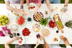 Jeune repas de ` d'étudiants dehors Photos libres de droits