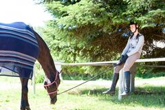 Jeune repos fille-équestre adolescent après des sports s'exerçant avec Photos libres de droits