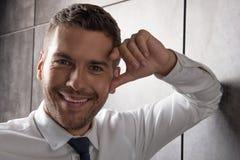Jeune rire barbu gai de type Photos stock