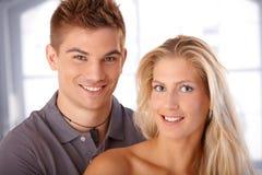 Jeune rire heureux de couples Images libres de droits
