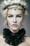 Jeune robe s'usante de créateur de modèle de mode. images stock