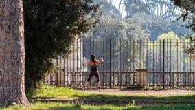 Jeune Roman Woman faisant l'étirage Photos stock