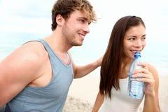Jeune séance d'entraînement de plage de couples Photos libres de droits