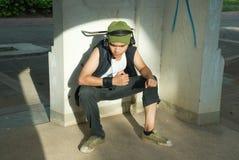 Jeune séance d'homme de frappeur photographie stock libre de droits