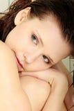 Jeune séance femelle dans la douche - dépression photographie stock
