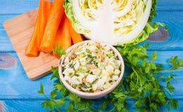 Jeune salade de choux Les ingrédients d'une alimentation saine Photos stock