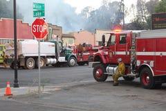 Jeune sapeur-pompier faisant une pause Image stock